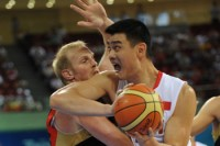 Yao Ming elbows Chris Kaman